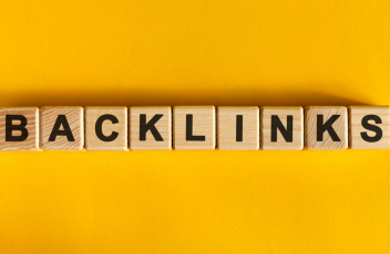 """Wooden blocks on a yellow background displaying the word """"backlinks"""""""